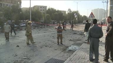 Atentado suicida deixa 15 mortos e 60 feridos em Cabul - Ataque foi na região que concentra as embaixadas. O alvo era um comboio da Otan.