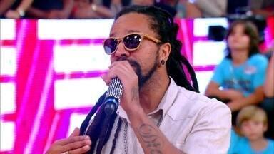 Rapper Rael conversa com Regina Casé sobre mistura de culturas - No palco, cantor dá opinião sobre o assunto