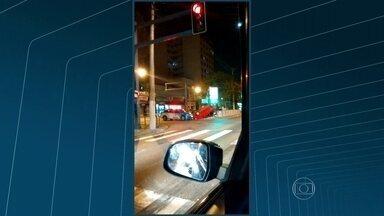 Motorista perde controle do carro e capota na Alameda São Boaventura, em Niterói - No fim da noite de domingo (23), um motorista perdeu o controle do carro na Alameda São Boaventura, na altura do Fonseca. Frederico da Silva Souza, de 33 anos, e Amanda Lopes, de 22 anos, se machucaram e foram levados para o hospital.