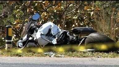 Casal morre após colisão entre moto e caminhonete na BR-060, em Goiás - Vítimas viajavam em moto esportiva que bateu na traseira de caminhonete. Corpos foram lançados a 20 metros; condutor de S 10 saiu ileso da batida.
