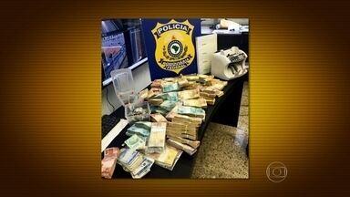 Policiais prendem homem acusado de roubo a banco em Niterói - Os agentes abordaram o suspeito, de 28 anos, na altura de Rio Bonito. Ele dirigia um carro na Niterói-manilha quando foi preso.