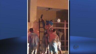 Homem fica preso em grade ao tentar furtar botijões de igreja em Poços de Caldas (MG) - Homem fica preso em grade ao tentar furtar botijões de igreja em Poços de Caldas (MG)