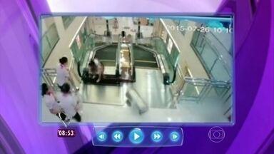 Assista ao vídeo da chinesa que morreu ao cair em buraco de escada rolante - Antes de perder a vida, ela conseguiu salvar o filho