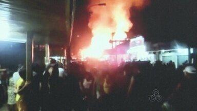 Incêndio destrói comércio e kitnets no Centro de Laranjal do Jari - Fogo também atingiu mais dois comércios e uma casa, segundo Bombeiros. Incêndio teria sido provocado por vazamento de gás na noite de sábado (22).