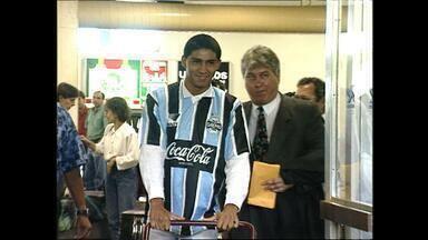 Jardel é recebido com festa dos gremistas na chegada a Porto Alegre, em 1995 - Atacante foi comparado a Romário no desembarque no Aeroporto Salgado Filho.