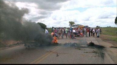 Integrantes do MST fazem protestos em várias cidades da Paraíba - Os manifestantes interditaram oito rodovias e causaram transtornos aos motoristas.