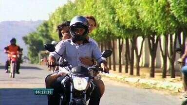 Maioria dos casos de morte com motociclistas em acidentes se dão por não uso do capacete - Apesar da obrigatoriedade, infração ainda é cometida com frequência.