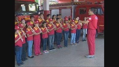 Corpo de Bombeiros inicia os ensaios para o desfile de 7 de Setembro - O corpo de bombeiros iniciou os ensaios para o desfile de sete de setembro, dia da independência. São as crianças do Projeto Social da instituição.