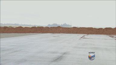 Obra parada em aeroporto de Limeira é usada para manobras perigosas - A obra do novo aeroporto de Limeira está parada há dois anos. No local há registros de acidentes e marcas de pneus.