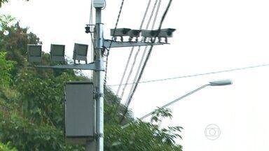 CET aumenta número de radares eletrônicos em ruas e avenidas da capital - De cada 10 multas no primeiro semestre deste ano, seis foram por radares eletrônicos. Nesse período o número de ruas fiscalizadas eletronicamente praticamente dobrou. A maioria dos equipamentos foi colocada em bairros mais distantes do Centro, que tinham menos fiscalização.