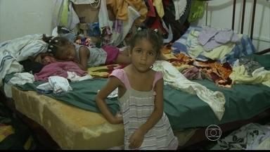 Após desabamento, 15 famílias de Jaboatão vivem em galpão improvisado - Elas cobram providências da Prefeitura.
