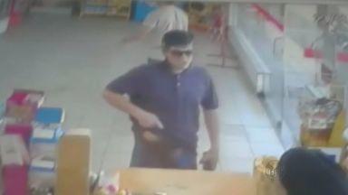 Posto de combustível é assaltado pela terceira vez em Ribeirão Preto, SP - Em vídeo é possivel ver homem chegar de capacete e ameaçar a funcionária do caixa.