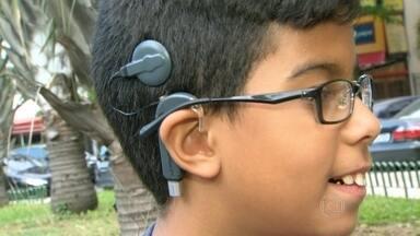Pacientes com aparelho que permite audição não conseguem manutenção pelo SUS - Uma cirurgia paga pelo SUS permite que crianças surdas voltem a ouvir, através do implante de um aparelho. Só que o equipamento precisa de manutenção e troca de peças - procedimento que muitas mão não conseguem realizar pela rede pública.