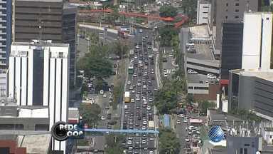 Motorista enfrenta trânsito lento em trecho da Avenida Tancredo Neves, em Salvador - Veja nas imagens do Redecop.