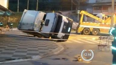 Caminhão de lixo tomba na zona norte de São José - Ninguém ficou ferido