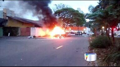 Caminhonete pega fogo em São José dos Campos - Veículo ficou destruído; ninguém ficou ferido