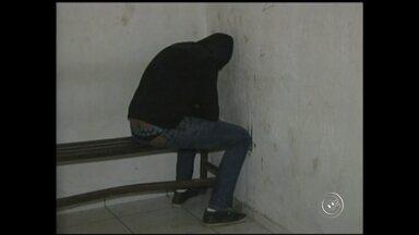 Polícia ouve depoimento de falso médico que atuava na região - A polícia civil em Mairinque (SP) ouviu nesta segunda-feira (24) o depoimento de mais um dos presos na Operação Placebo. Bertino Rumarco da Costa afirma ter se formado em medicina na Bolívia. Segundo a polícia, ele é suspeito de atuar na Santa Casa de São Roque (SP) e de agenciar outros profissionais para trabalhar no esquema.