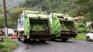 Caminhões de coleta de lixo são apreendidos em Angra dos Reis, RJ - Problema é a falta de documentação dos veículos e das condições de segurança; com isso o recolhimento do lixo nos bairros acabou prejudicado.