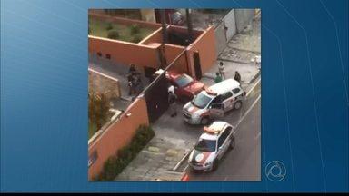 Polícia surpreende bandidos durante assalto em João Pessoa - Eles sequestraram uma mulher e obrigaram a vítima a seguir para o apartamento dela, mas foram surpreendidos pela polícia.