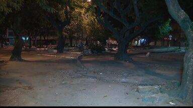 Retirados os quiosques da Lagoa em João Pessoa - Com a retirada dos quiosques o local ficou com a iluminação reduzida e quem precisa pegar ônibus está com medo de assalto.