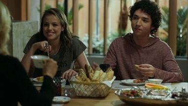 Bruno conta para Pia e Giovana que conheceu uma garota - Os filhos brincam com sua mãe sobre novos relacionamentos e ela diz que está fechada para balanço.