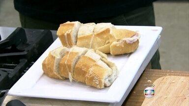 André Marques ensina a fazer um misto quente com menos gordura - Apresentador faz sanduíche com queijo derretido na água quente e Tiago Leifert ganha o seu com pão sem glúten