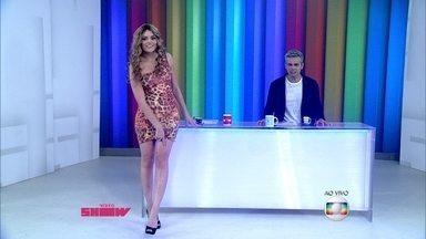 Monica Iozzi mostra look inspirado em Adisabeba - Apresentadora usa vestido parecido com o da atriz Susana Vieira