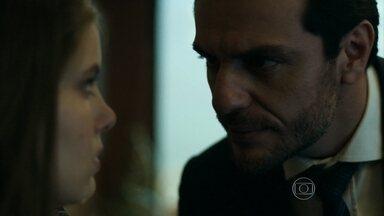 Alex ameaça se separar de Carolina se Angel não ficar com ele - Empresário apela para chantagem emocional e a menina cede