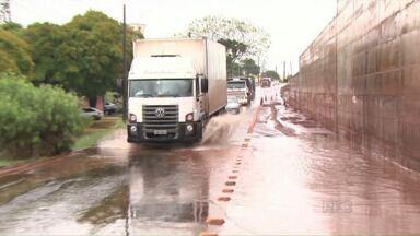 Chuva alaga vários pontos da PR 445 em Londrina - Os locais que estão em obra foram atingidos pela chuva forte.