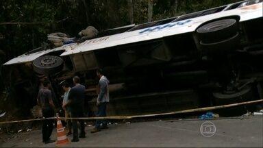 Quinze dos 62 feridos em acidente em Paraty (RJ) permanecem internados - Quatro pessoas estão em estado grave. Ônibus com mais de 70 pessoas derrapou por mais de 100 metros na pista. Corpos das vítimas fatais já foram identificados.