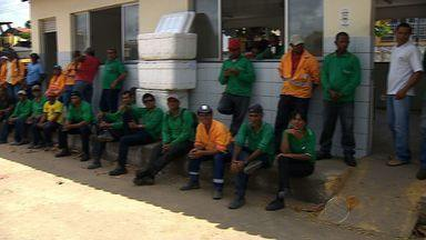 Funcionários da Emurb cruzam os braços e protestam contra atraso nos pagamentos - Funcionários da Emurb cruzam os braços e protestam contra atraso nos pagamentos.