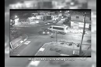 Câmera de segurança flagra acidentes - Morador denuncia acidentes frequentes na Cidade Velha.