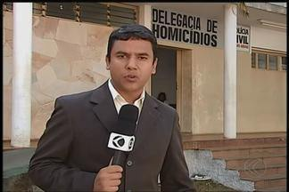 Família aguarda identificação do corpo de mulher carbonizada em Uberlândia - Vítima pode ser Deiviane Melo, que estava desaparecida. Principal suspeito de cometer o crime é marido da mulher, segundo a PM.