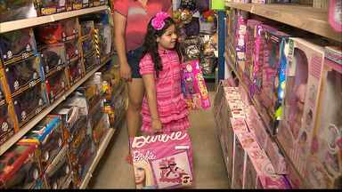 Como controlar o desejo de consumo das crianças? - A psicóloga infantil Renata Toscano fala sobre consumismo infantil.