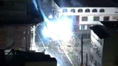 Rede de proteção de prédio é carregada pelo vento e atinge rede elétrica, em Guarapari, ES - O acidente resultou em várias explosões no local.