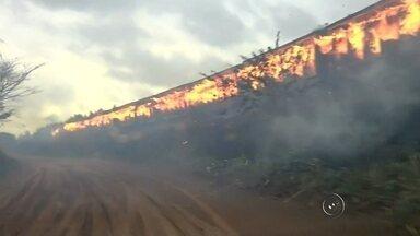 Incêndio atinge 37 vagões de um trem entre Lavínia e Valparaíso - Um trem carregado com papel pegou fogo nesta tarde de terça-feira (8) entre as cidades de Valparaíso (SP) e Lavínia (SP). O incêndio atingiu 37 vagões do veículo, que vinha de Três Lagoas (MS) com destino a Santos (SP). Ninguém ficou ferido durante o incêndio.