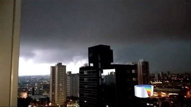 Chuva causou estragos na região nesta terça-feira (8) - Segundo o Cptec, vento chegou a 92 km/h em São José.