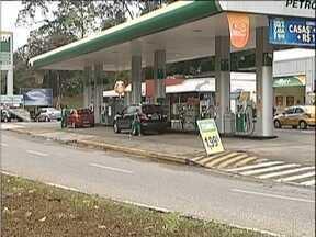 Posto de combustíveis é roubado em Ipatinga e suspeitos levam R$ 45 mil - Homens estavam armados e fugiram de carro. Antes de fugir, eles danificaram as câmaras de segurança.
