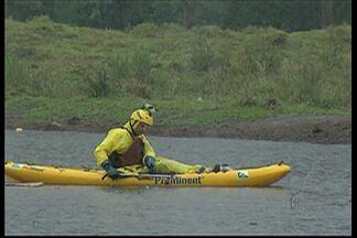 O ecoesportista Dan Robson faz levantamento do rio Tietê no trecho de Suzano - O levantamento está sendo feito por todo o rio.