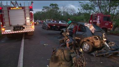 Polícia Rodoviária registra mais de 30 mortes durante feriado em estradas do PR - A Polícia Rodoviária contabilizou mais de trinta mortes em rodovias estaduais e cerca de trezentas e vinte pessoas ficaram feridas em acidentes nas estradas federais e estaduais.