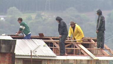 Terça-feira de muito trabalho em todo Paraná, por causa dos ventos fortes e granizo - Mais de 500 casas foram atingidas em Ponta Grossa