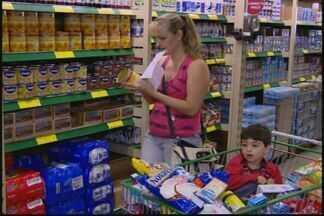 """Compras por atacado crescem em supermercados de Divinópolis - Chamado """"atacarejo"""" tem levado consumidores a economizar. Prática contribui com aumento de supermercados."""
