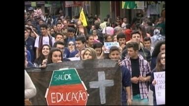 Alunos e professores realizam novo protesto em Rio Grande, RS - Caminhada foi feita no calçadão da cidade para demonstrar insatisfação com parcelamento de salários.