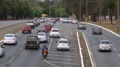 Motoristas são flagrados trafegando por faixa zebrada em Brasília - Os flagrantes foram registrados nesta quarta-feira (9), na estrada Parque Aeroporto. No caminho para o Eixão Sul, carros, motos e até um ônibus escolar usaram a faixa zebrada como pista.