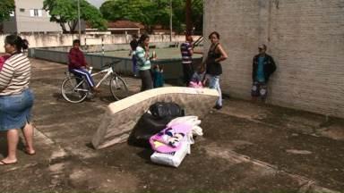 Moradores de Nova esperança precisam de doações - Mais de mil pessoas tiveram que deixar as casas por causa da chuva de granizo. As doações estão sendo levadas e distribuídas no Ginásio Municipal.