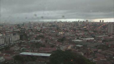 Tempestade causa transtornos para moradores da região - Em alguns pontos de São Carlos foram 17 horas sem luz. O vento e os raios danificaram a rede de distribuição de energia elétrica. Muitos moradores reclamaram de não conseguirem falar com a central de atendimento da CPFL.