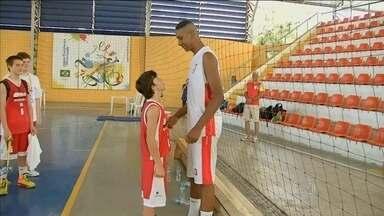 Com 14 anos e dois metros, garoto Matheus chama a atenção nos Jogos Escolares em Fortaleza - Jovem se destaca no basquete e preocupa os marcadores mais baixos