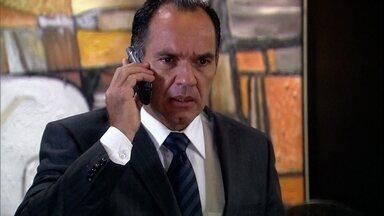 Ramiro pede que Dário passe pela casa de Raul para saber se ele ficou lá - Silvia conta a Yvone que Raul não deu nenhuma explicação sobre a separação