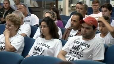 Moradores pedem redução no salário de vereadores em Fernandópolis - Manifestantes participaram da sessão da Câmara de Fernandópolis, na noite de terça-feira (8), para pedir a redução do salário dos vereadores, de R$ 5 mil para R$ 3 mil por mês. O protesto foi pacífico.