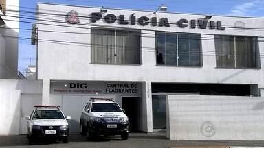 Homem é preso em flagrante por furto de bicicleta em Araçatuba - Um homem foi preso em flagrante nesta quarta-feira (9), em Araçatuba, depois de furtar uma bicicleta que estava em uma delegacia da cidade. De acordo com a Polícia Militar, a bicicleta estava trancada na frente do prédio público e pertence a uma funcionária da Polícia Civil. A vitima percebeu o furto e um carro da PM, que passava pela região, foi atrás do suspeito. Ele foi preso em flagrante.